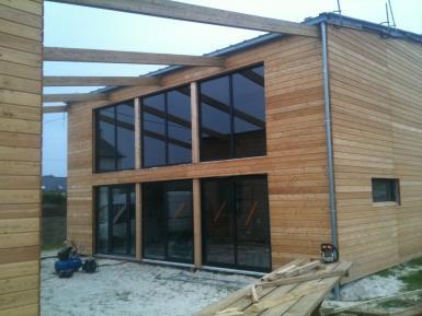 Maison individuelle tage avec bardage naturel et for Desherbant naturel grande surface